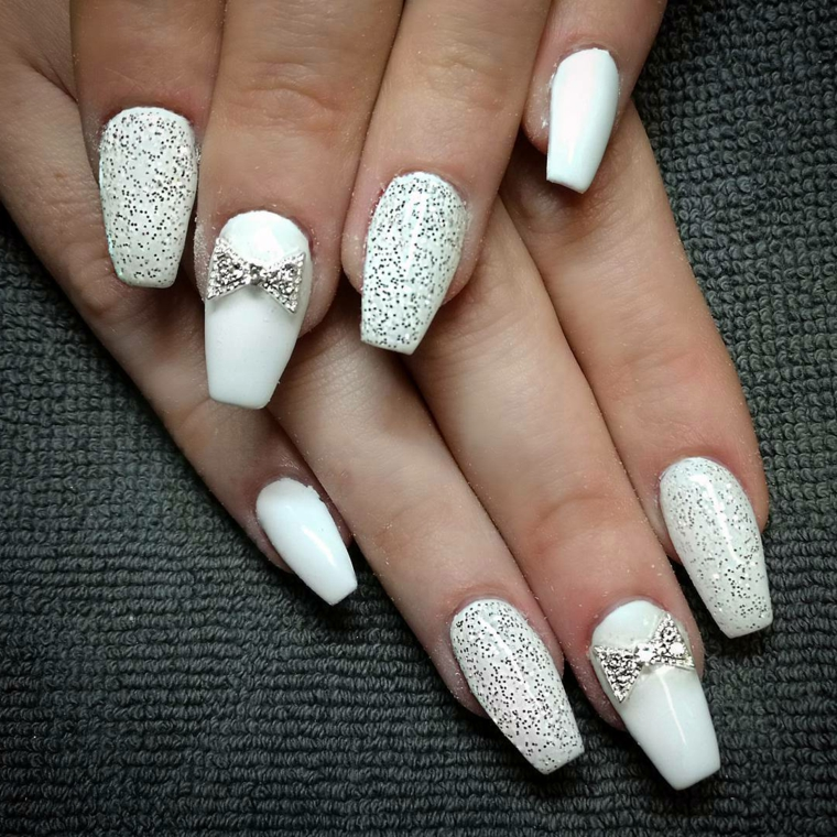Smalto argento glitter, unghie forma coffin, decorazione con brillantino