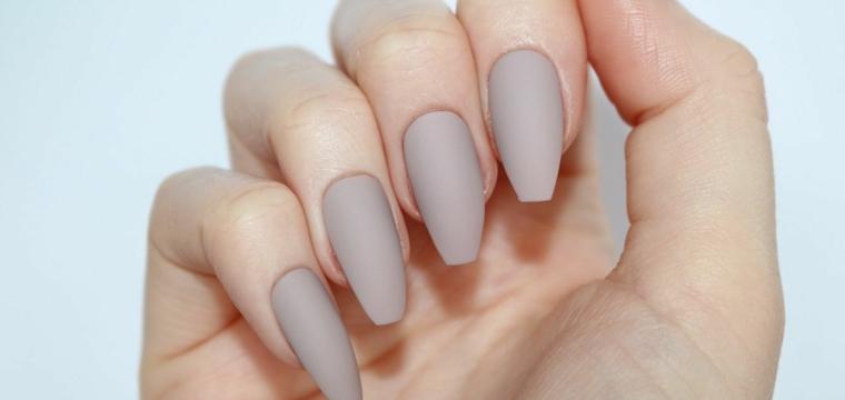 Forme unghie gel, smalto grigio opaco, unghie forma coffin