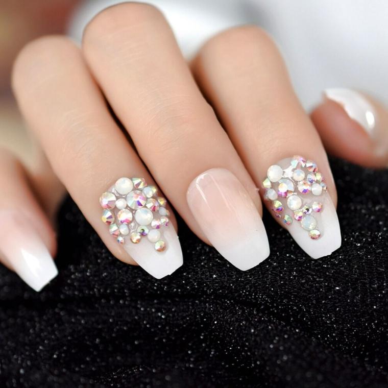 Decorazioni unghie con brillantini, smalto colore nude