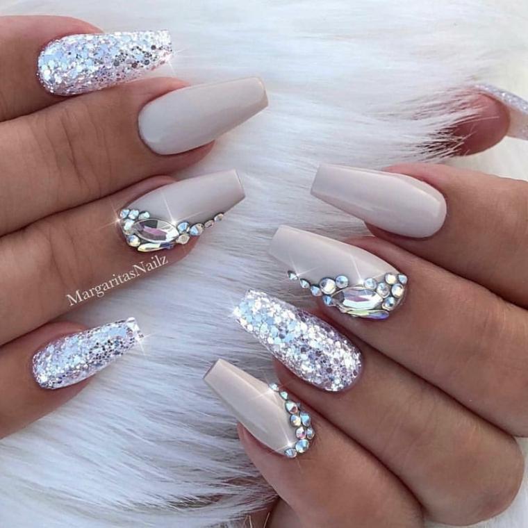 Unghie semplici gel, smalto colore grigio, decorazioni unghie con brillantini