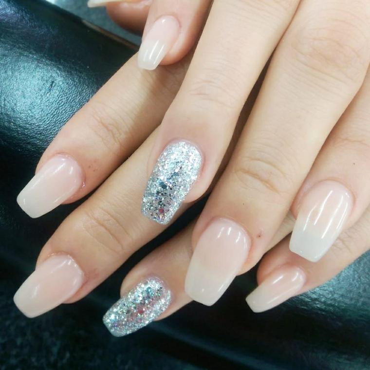Forme unghie gel, smalto colore nude, accent nail argento glitter