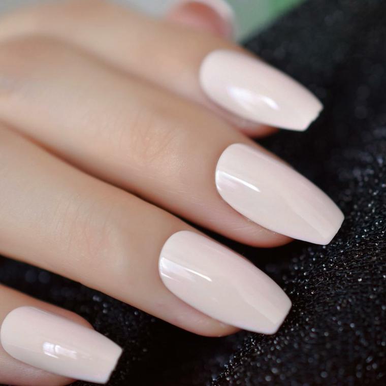 Unghie forma quadrata, smalto rosa chiaro, manicure donna