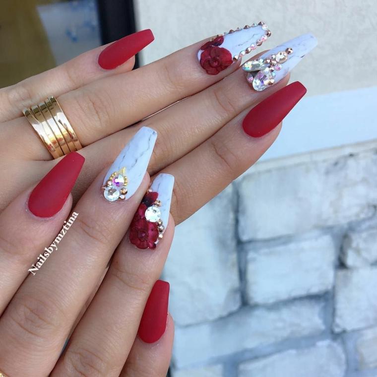 Unghie semplici ma belle, smalto rosso opaco, decorazioni unghie con brillantini