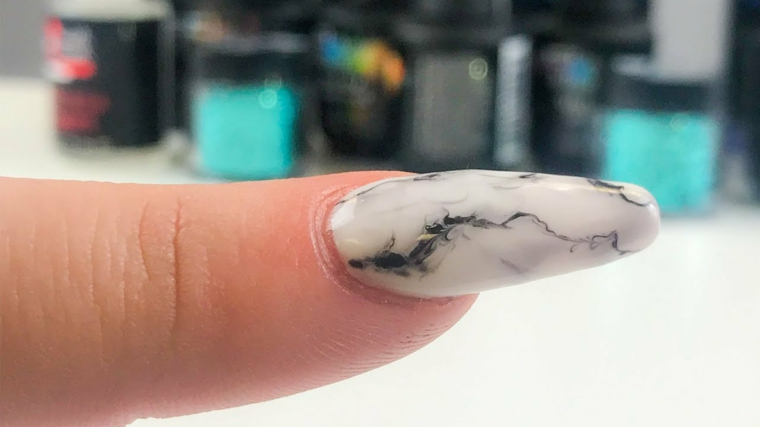 Smalto effetto marmo, unghie forma ballerina