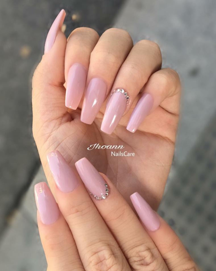 Manicure forma quadrata, smalto rosa nude, decorazioni con brillantini
