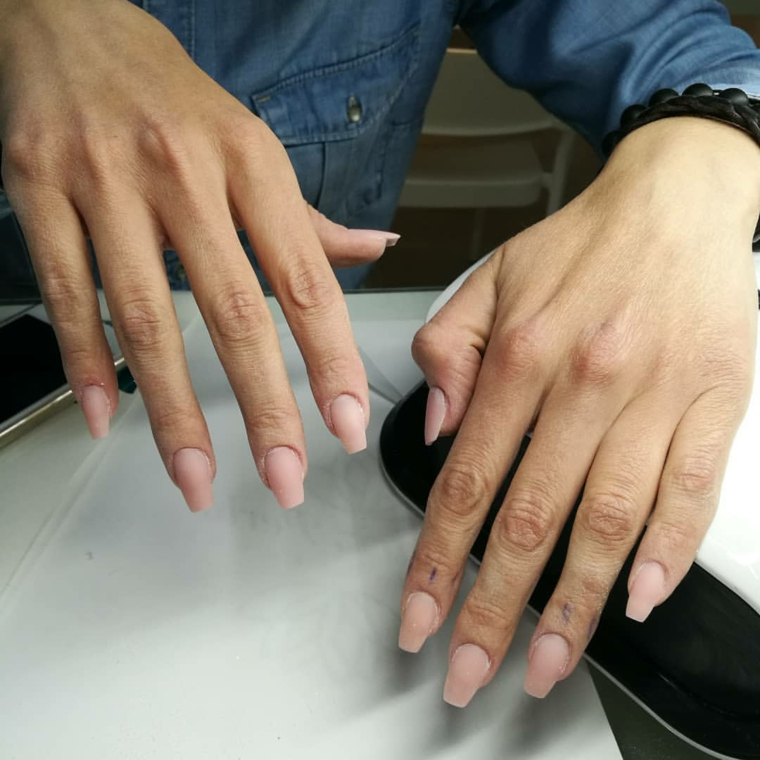 Unghie rosa opaco, unghie di media lunghezza