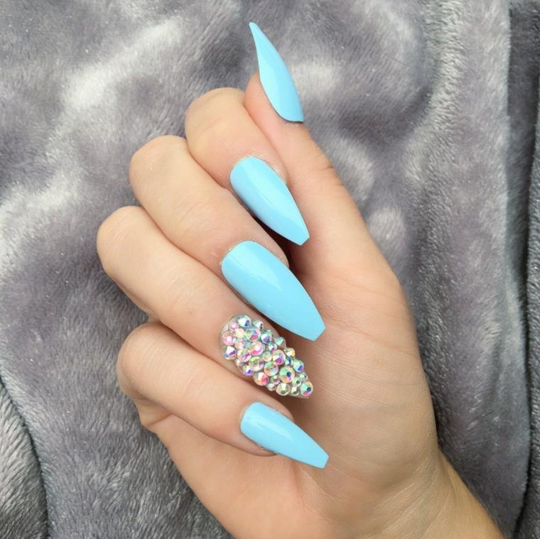 Forme unghie gel, smalto colore azzurro, decorazione con brillantini