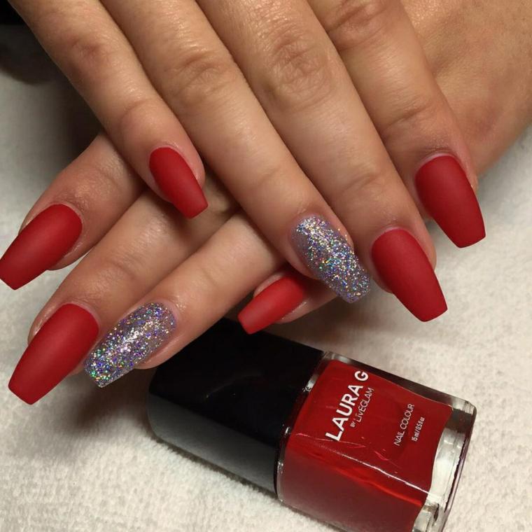 Smalto rosso opaco, bottiglietta con smalto, unghie forma quadrata