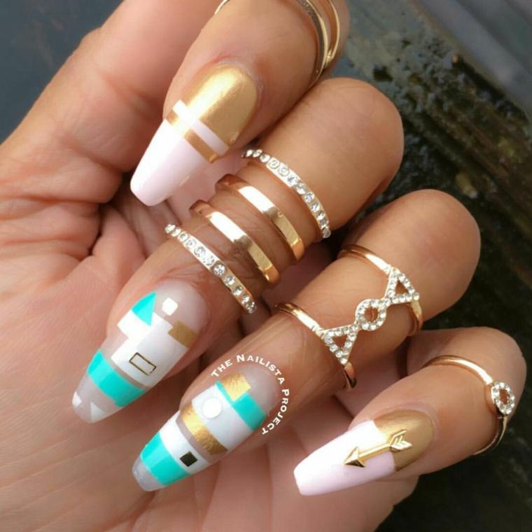 Unghie color cipria, smalto con disegni, anelli con brillantini