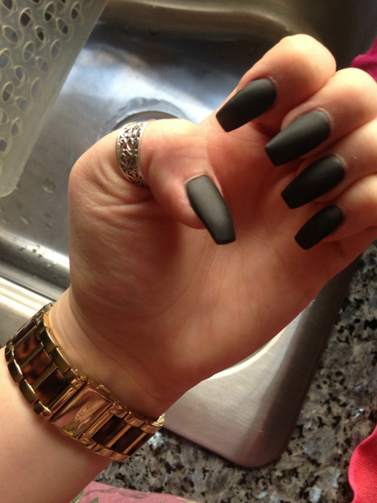 Ricostruzioni unghie corte, smalto nero opaco, unghie forma quadrata