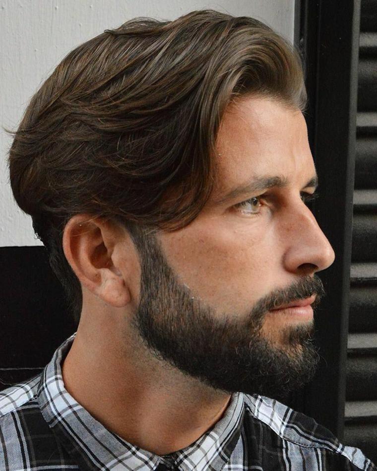 Uomo con barba, taglio maschile di media lunghezza, uomo con camicia a quadri