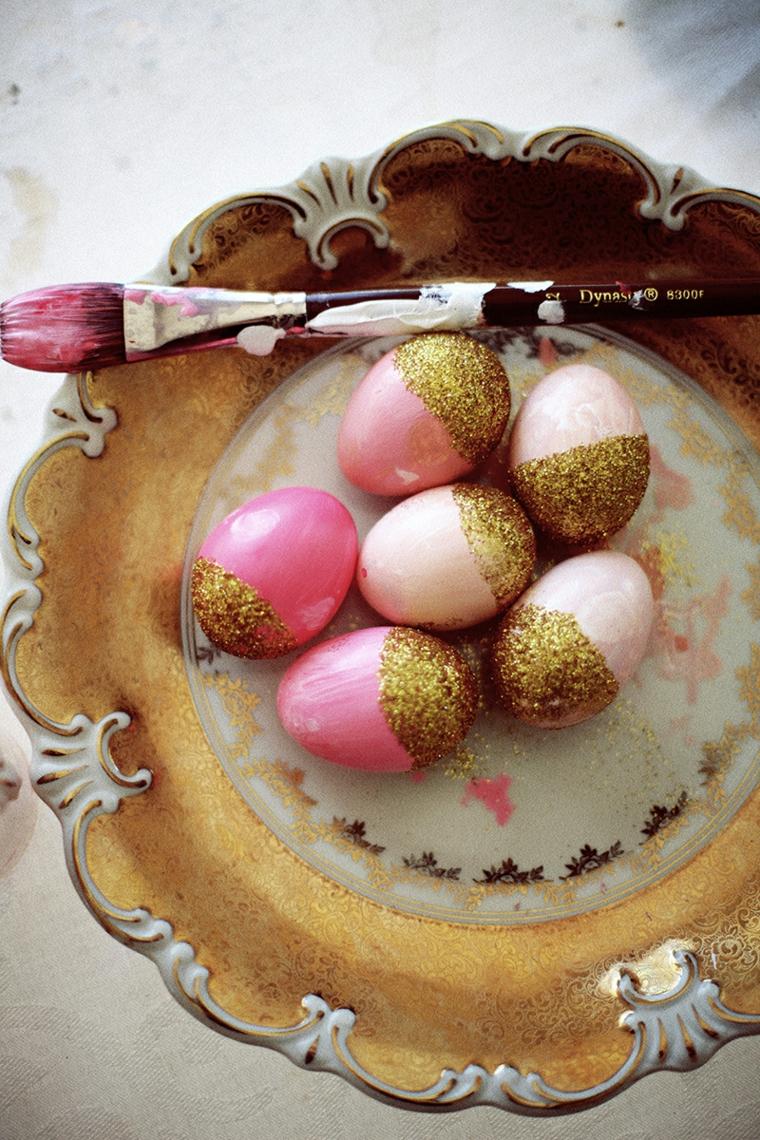 Centrotavola con uova dipinte, uova dipinte a metà