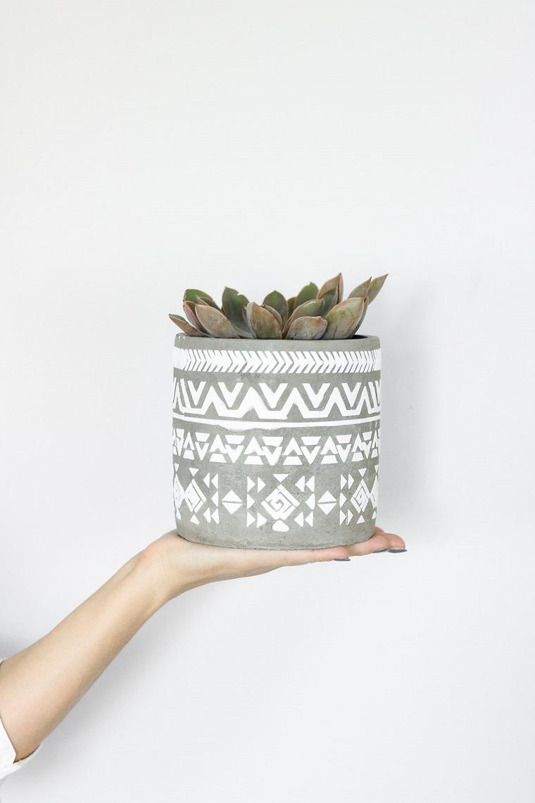 Centrotavola pasquali fai da te, vaso dipinto con stucco, vaso con pianta grassa
