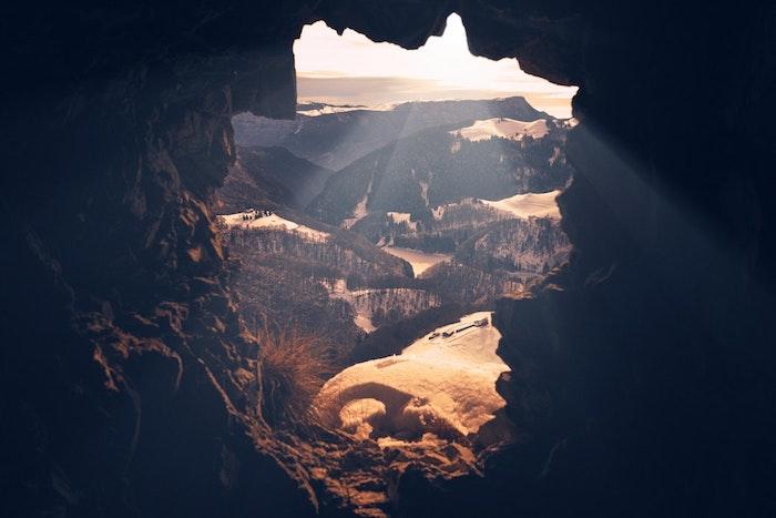 Fotografia di una montagna, i primi raggi solari, sfondo per il telefono