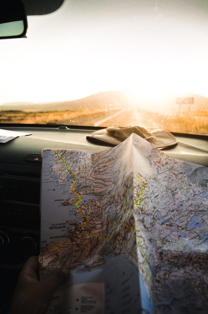 Foto artistiche tumblr, viaggio con mappa, raggi solari al mattino