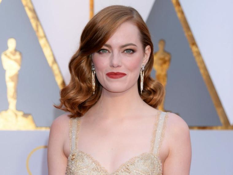 Capelli mossi medi, capelli di colore rosso, frangia media laterale, l'attrice Emma Stone