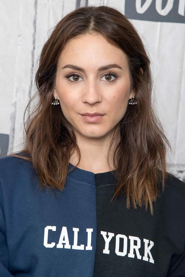 L'attrice Troian Bellisario, capelli castano mossi, tagli capelli medi scalati e sfilati