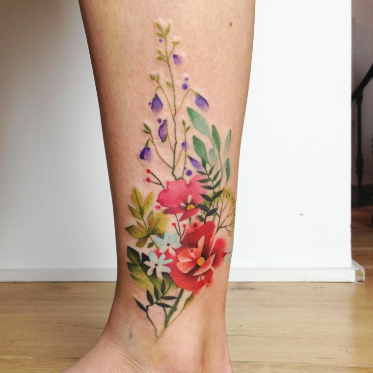 Disegno fiori colorato, tatuaggio sulla caviglia, tatuaggio sulla gamba donna