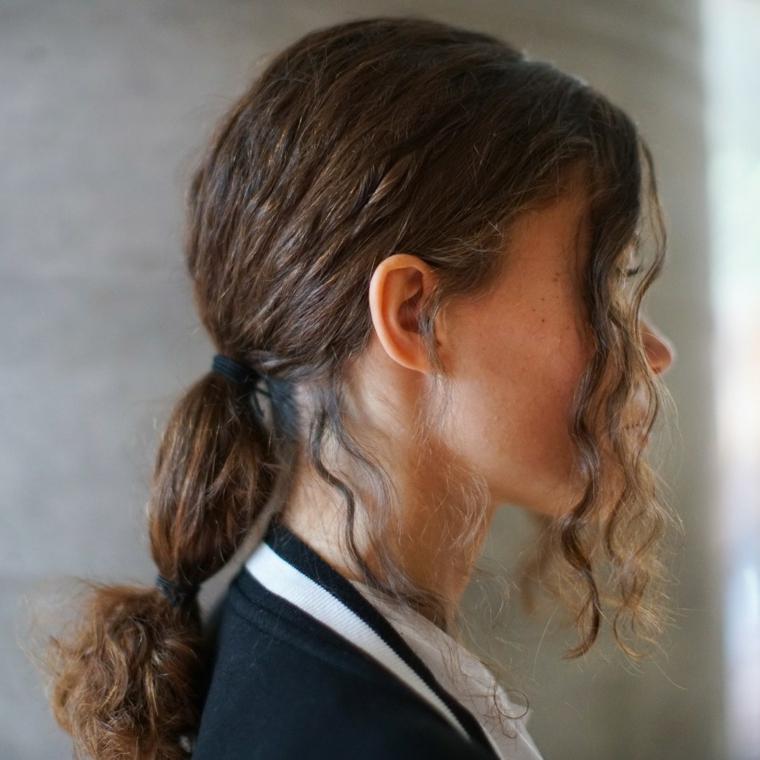 Tagli capelli 2019 medi, capelli di colore castano, pettinatura capelli legati con elastico