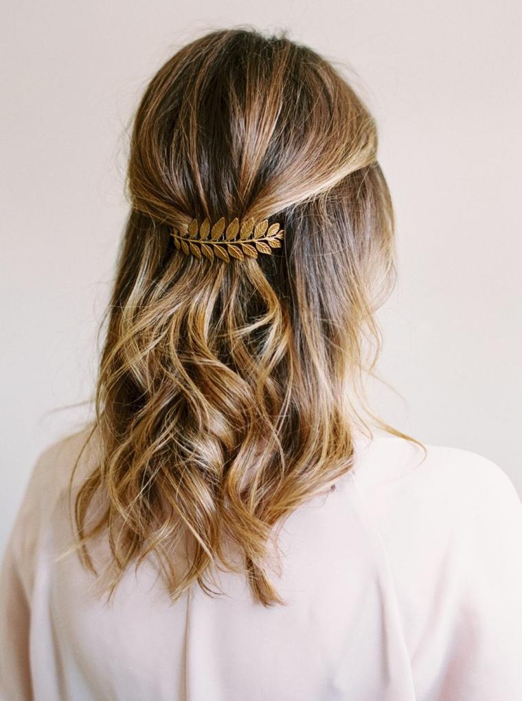 Acconciature semplici, capelli taglio caschetto, acconciature con fermaglio, donna con camicia