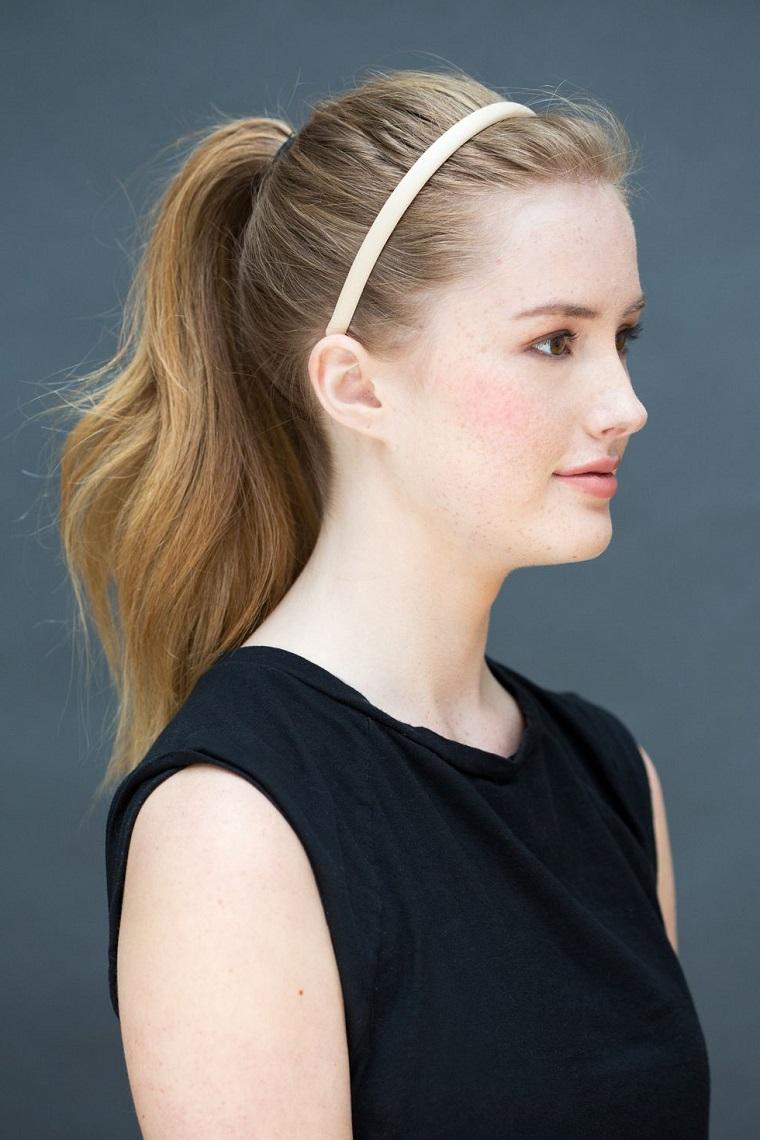 Acconciature morbide, donna con capelli biondi, capelli legati a coda, cerchietto bianco per capelli