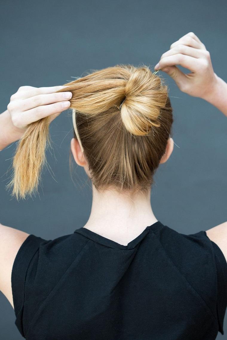 Acconciature facili, capelli lunghi biondi, forcine per chignon, donna girata di schiena