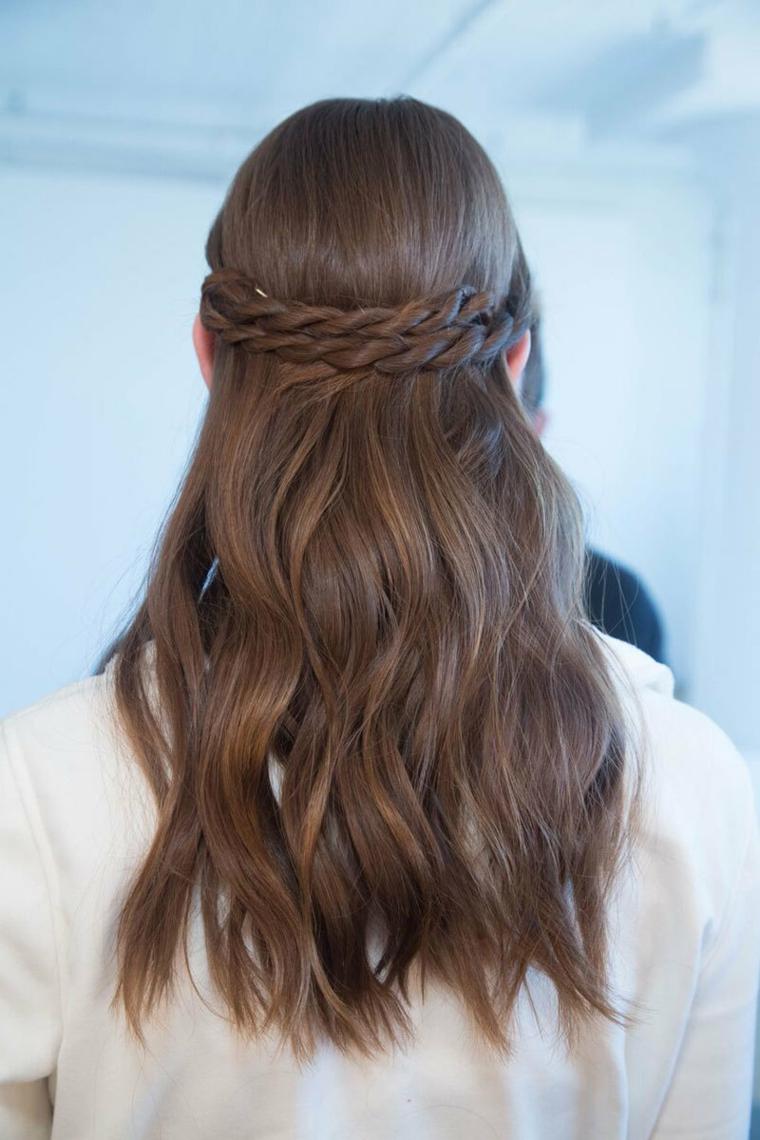 Acconciature facili, donna con capelli lunghi castani, due trecce a cerchietto