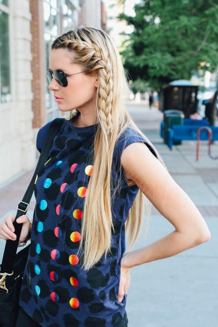 Trecce capelli tutorial, capelli lunghi biondi, treccia laterale, maglietta colorata
