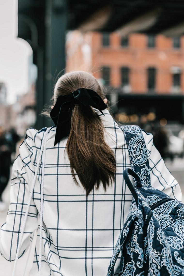 Acconciature facili da fare da soli, capelli lunghi castani, capelli legati con elastico