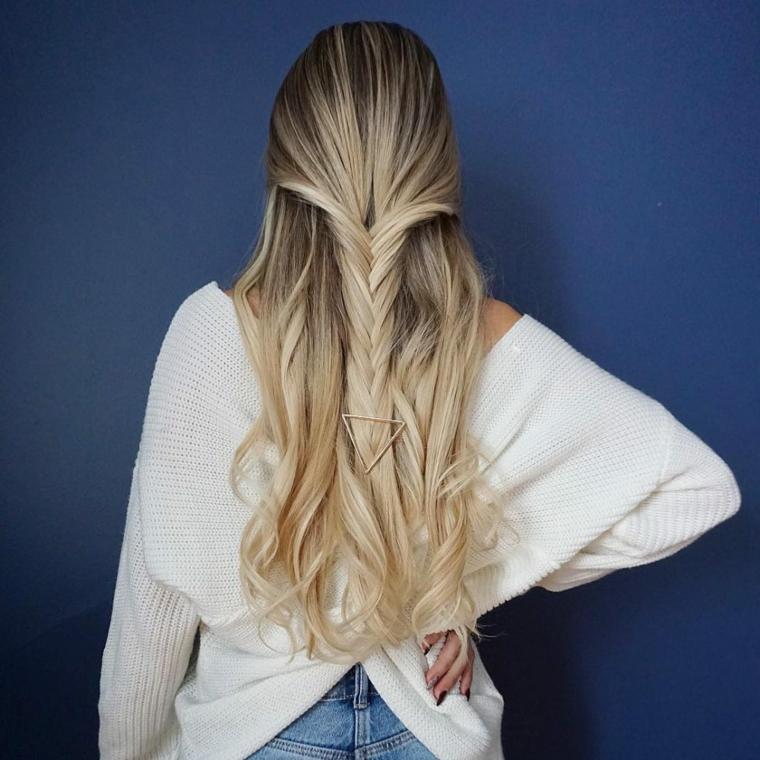 Pettinature semplici, treccia a spina di pesce, fermaglio di metallo forma triangolo, capelli lunghi biondi