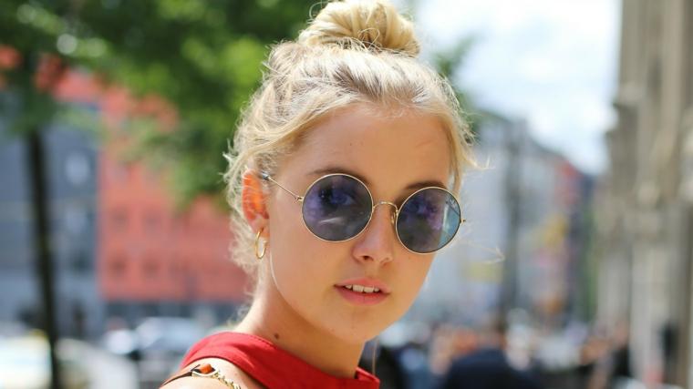 Come legare i capelli, donna capelli biondi, acconciature chignon mosso, occhiali da sole rotondi