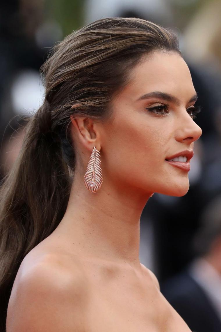 Acconciature capelli lunghi lisci, la modella Alessandra Ambrosio, capelli lunghi castani