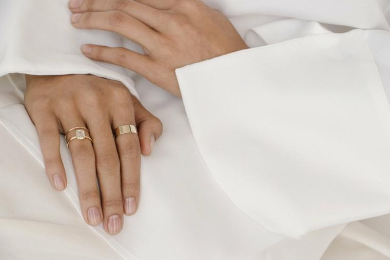 Smalto rosa chiaro lucido, anelli da donna, unghie gel semplici, camicia bianca da donna