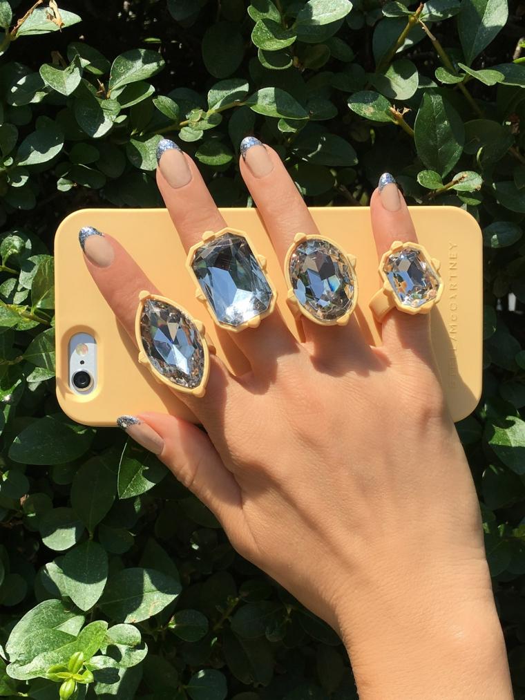 French manicure colorata, unghie gel particolari, anelli con pietre, Iphone con custodia gialla