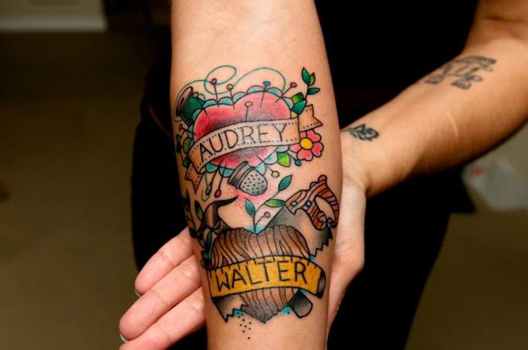 Tatto avambraccio donna, tatuaggio cuore significato, cuore con scritte nomi