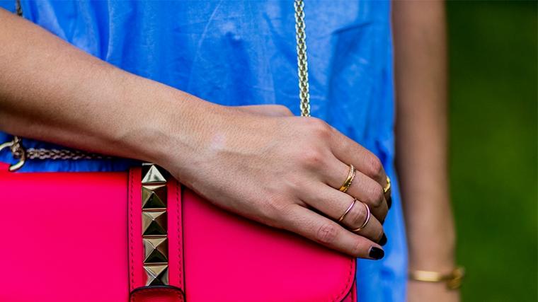 Immagini di unghie con gel, smalto di colore nero, borsetta tracolla pelle, borsa colore fucsia