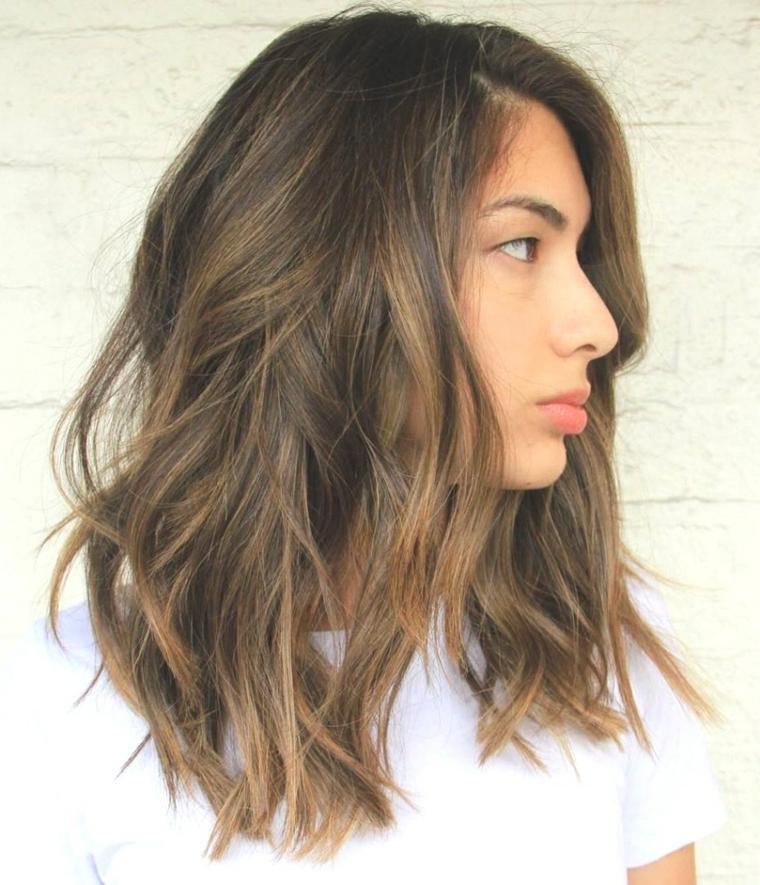 Taglio capelli long bob, colore castano balayage, maglietta manica corta bianca