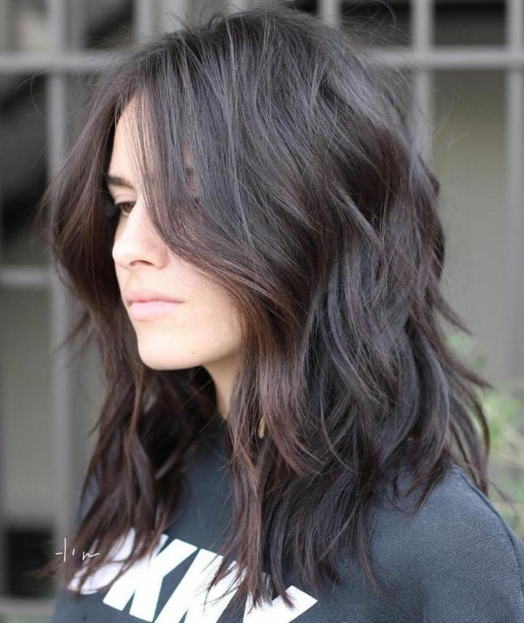 Pettinatura con capelli scalati, capelli di colore nero, pettinatura capelli mossi