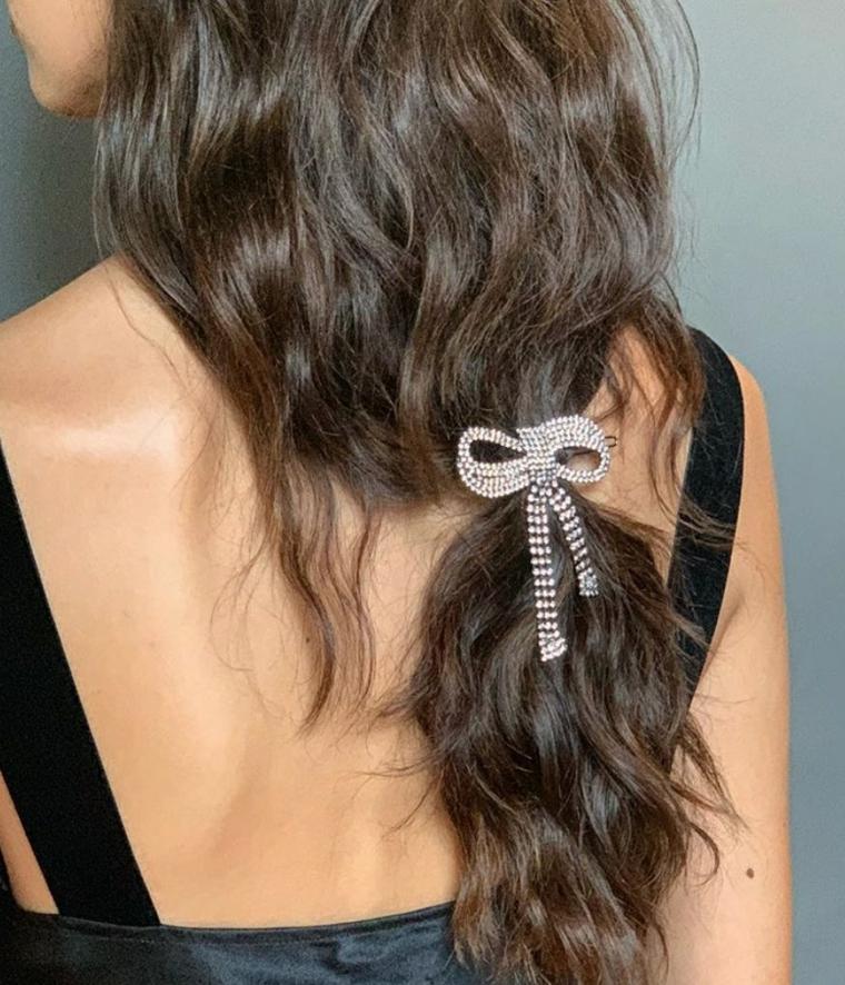 Capelli legati con fiocco, pettinatura capelli mossi, tagli capelli lunghi
