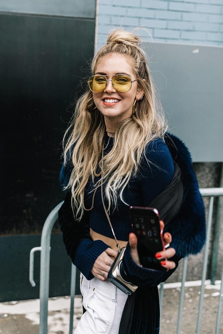 La blogger Chiara Ferragni, capelli lunghi e biondi, pettinature semplici, chignon alto mosso