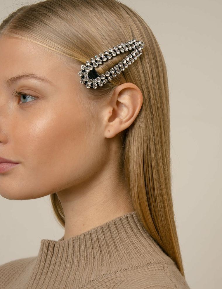 Accessorio per capelli, molletta con perle, capelli di colore biondo, taglio scalato medio