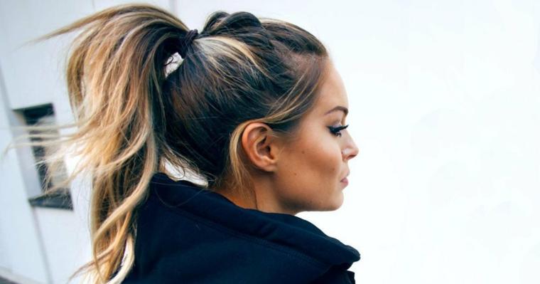 Donna con capelli legati, colore capelli biondo ombrè, viso di profilo donna