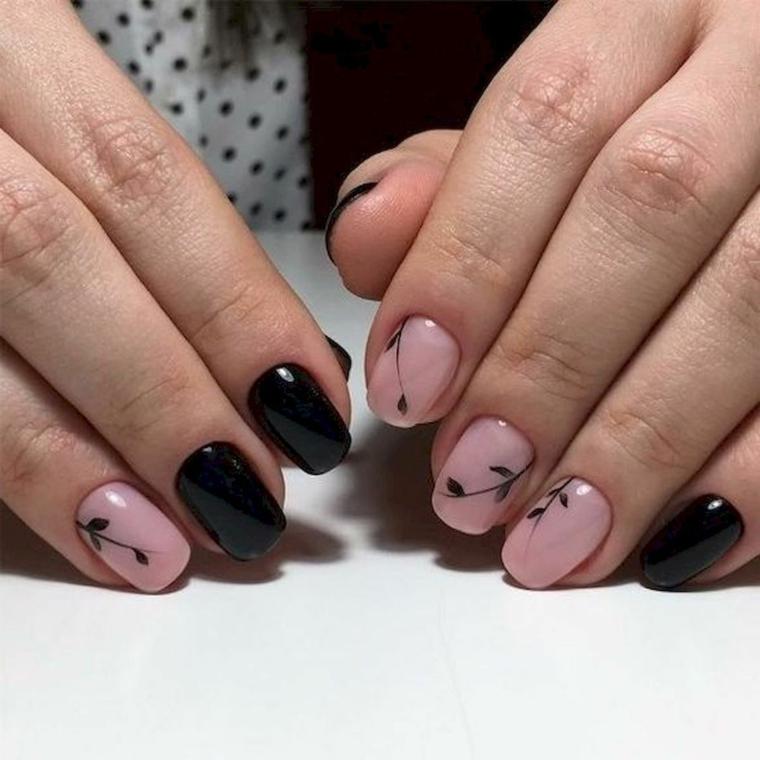 Disegni sulle unghie, smalto nero lucido, mani di una donna, colate estive