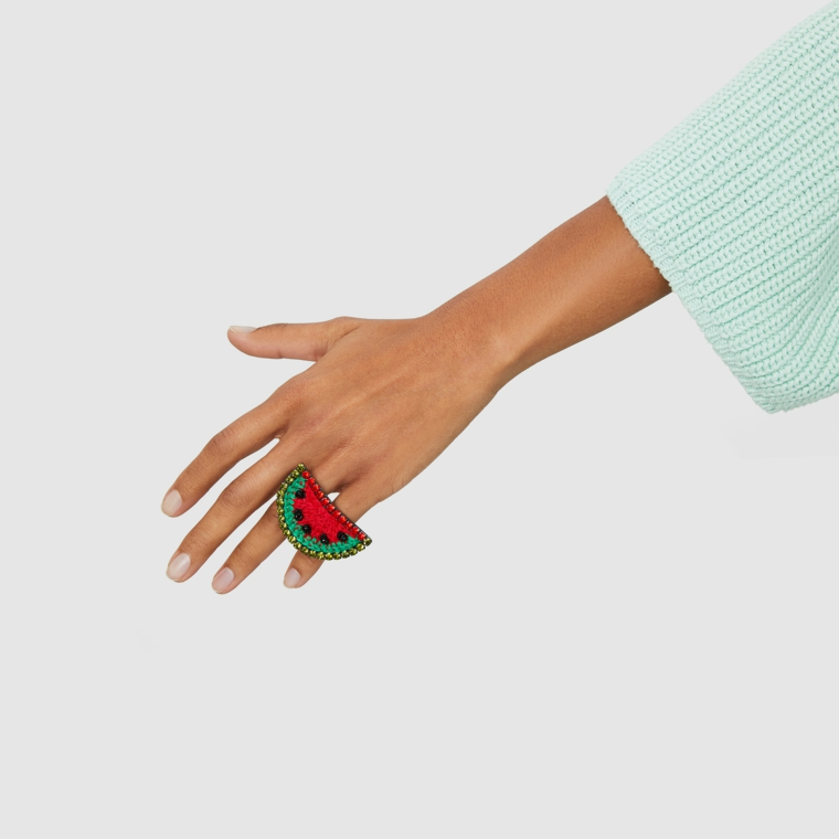 Unghie color pastello, forma unghie a mandorla, anello con fetta di anguria, smalto colore beige