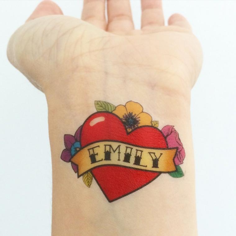 Disegno tatuaggio cuore, disegno tattoo con scritta nome, polso mano donna tatuato