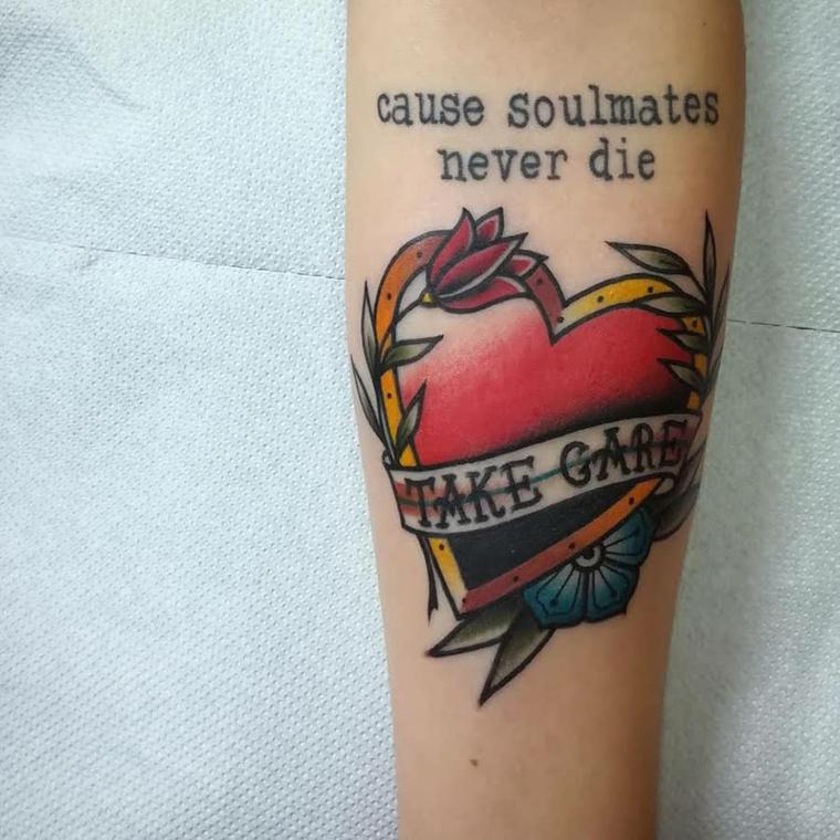 Idea tatuaggio cuore, scritta tattoo avambraccio, fiorellini colorati cuore