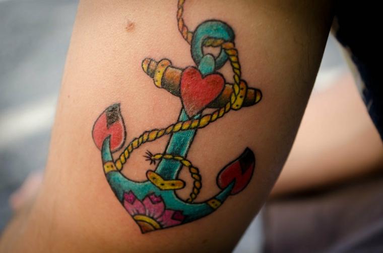 Tatuaggi old school, tattoo braccio donna, tatuaggio ancora con cuori