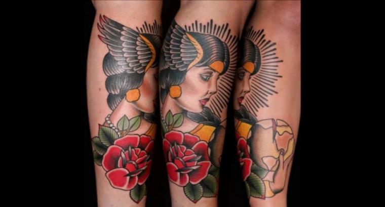 Fiorellini colorati con foglie verdi, gamba uomo con tatuaggio, tatto donna