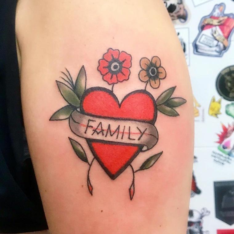 Tatuaggio cuore significato, disegno tattoo colorato, nastro con scritta Family