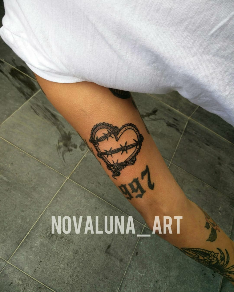 Tatuaggio sul braccio, tatto di un cuore con spine, disegni di numeri tattoo